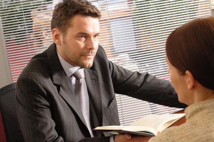Call Center Agenten bieten Angebote wie kostenlose Versicherungsvergleiche an.