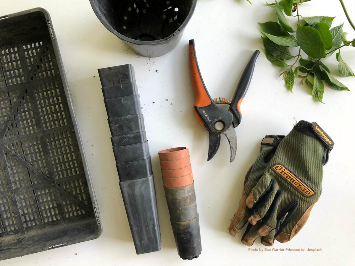 Der Gartenbauer kann auf spezialisierte Werkzeuge zugreifen