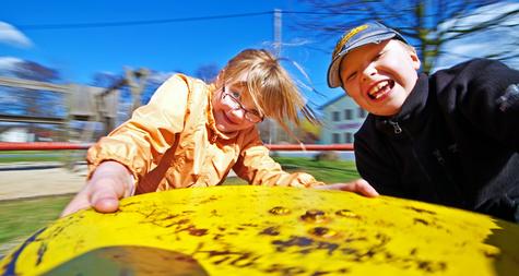 Spielgeräte aus Robinie oder anderem Material fördern die Bewegung der Kids.