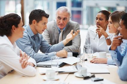 Ältere Mitarbeiter können Know-how weiter vermittlen.