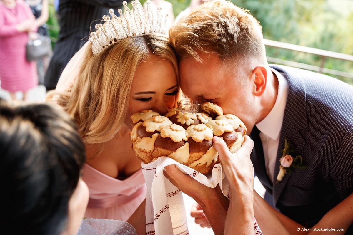 Hochzeitstorten und -Kuchen sind manchmal mit speziellen Bräuchen belegt